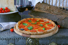 Peperonipizza med rött vin Arkivbilder
