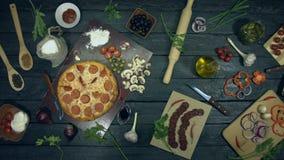 Peperonipizza på ekologisk svart bakgrund