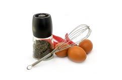 Pepi la bottiglia, l'uovo, il peperoncino rosso e le uova battute su fondo bianco fotografia stock