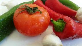 Pepi la fine antiossidante di verdure di verde della preparazione della cucina dello spuntino dell'aglio del pomodoro ondulazione stock footage
