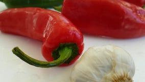 Pepi la preparazione antiossidante di verdure della cucina prodotti freschi bagnati di cadute dell'aglio dei bio- video d archivio