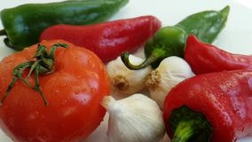 Pepi la preparazione antiossidante di verdure della cucina prodotti freschi bagnati di cadute dell'aglio del pomodoro dei bio- stock footage