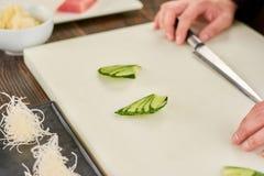 Pepino cortado cocinero para el adornamiento del sushi Imagen de archivo libre de regalías