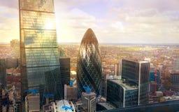 Pepino de Londres que constrói a cidade moderna dos blocos de escritório de Londres, negócio e depositando a ária foto de stock royalty free