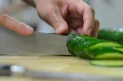 Pepino do corte na placa de corte na cozinha no restaurante Foto de Stock