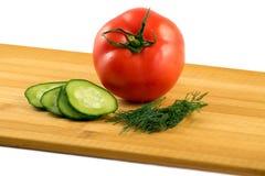 Pepino e aneto do tomate em um fundo branco Imagens de Stock