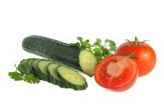 Pepino e tomates cortados com a salsa verde isolada no whit Imagem de Stock Royalty Free