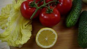 Pepino, ensalada china, tomate, limón, cebolla Verduras en el vídeo de la tabla de cortar, rotación metrajes