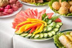 Pepino, pimenta doce, tomate e salsa cortados Foto de Stock