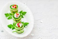 Pepino Rolls enchido com feta, ervas, capsicum e preto Oliv Fotos de Stock Royalty Free