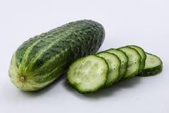 Pepino verde em um fundo branco Foto de Stock