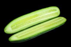 Pepino verde longo no preto fotos de stock