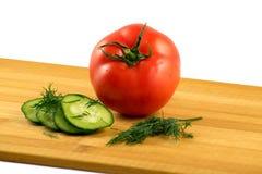 Pepino y eneldo del tomate en un fondo blanco Fotografía de archivo
