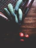 Pepino y tomate en la tabla de madera fotos de archivo libres de regalías