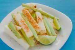 Pepinos и jicama жульничают chile, огурец и jicamas с едой мексиканской закуски chili пряной в Мексике стоковая фотография
