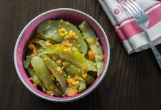 Pepinos adobados con las zanahorias y las especias Imagen de archivo libre de regalías
