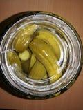 Pepinos conservados en vinagre verdes en un tarro imagen de archivo libre de regalías