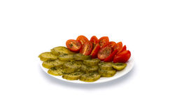Pepinos conservados en vinagre y tomates. Fotografía de archivo