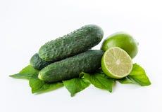 Pepinos de la cal y hojas del verde Imagen de archivo libre de regalías