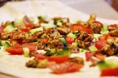 Pepinos de los tomates de la carne en el primer de la crepe Fotos de archivo