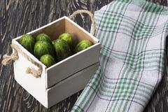 Pepinos en una caja Fotos de archivo