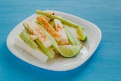 Pepinos et jicama escroquent le piment, le concombre et les jicamas avec la nourriture épicée de casse-croûte mexicain de piment  photographie stock
