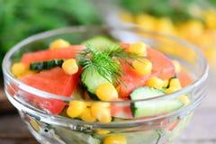 Pepinos, tomates e salada de milho Salada brilhante, colorida e saboroso em uma bacia Foto caseiro da salada do legume fresco clo Fotos de Stock
