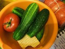 Pepinos, tomates y galletas en un cuenco Foto de archivo