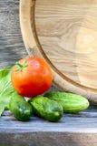 Pepinos y tomate maduro Imagenes de archivo