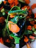 Pepinos y zanahorias en una cuchara Ensalada Foto de archivo libre de regalías