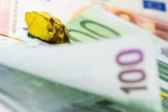 Pepita de oro en billetes de banco euro Fotografía de archivo libre de regalías