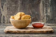 Pepitas de frango frito na bacia foto de stock royalty free