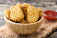 Pepitas de frango frito na bacia imagens de stock royalty free