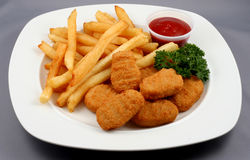 Pepitas de galinha com fritadas Fotografia de Stock Royalty Free