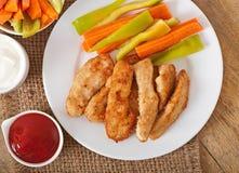 Pepitas de galinha com molho e vegetais Fotografia de Stock Royalty Free