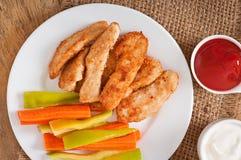 Pepitas de galinha com molho e vegetais Imagens de Stock Royalty Free