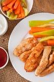 Pepitas de galinha com molho e vegetais Fotografia de Stock