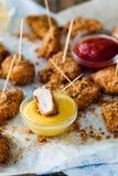 Pepitas de galinha no serviette com molhos amarelos e vermelhos Imagem de Stock