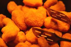 Pepitas de la pechuga de pollo en una cacerola imagen de archivo libre de regalías