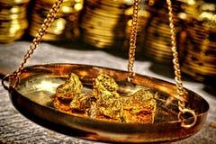 Pepitas de oro en cacerola de escala en el distribuidor autorizado del metal precioso Fotografía de archivo