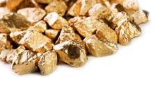Pepitas de oro en el fondo blanco. imagen de archivo