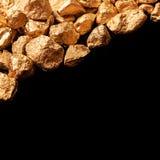 Pepitas de oro en fondo negro Imagen de archivo