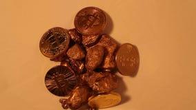 Pepitas de ouro e bitcoin, vídeo cripto digital do conceito da moeda video estoque
