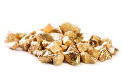 Pepitas de ouro no fundo branco Fotos de Stock Royalty Free