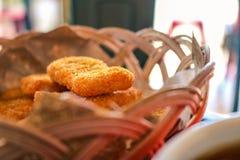 Pepitas de pollo almacenadas en una pequeña cesta foto de archivo libre de regalías