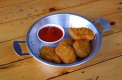 Pepitas de pollo con la salsa de tomate foto de archivo libre de regalías