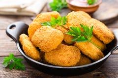 Pepitas Pepitas de pollo con la salsa de tomate en la tabla de madera Alimentos de preparación rápida Fotos de archivo libres de regalías