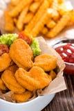 Pepitas de pollo con las patatas fritas imagenes de archivo