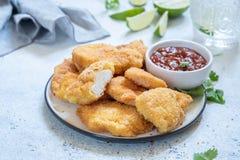 Pepitas de pollo curruscantes fritas con la salsa Fotos de archivo