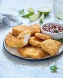Pepitas de pollo curruscantes fritas con la salsa Imagenes de archivo